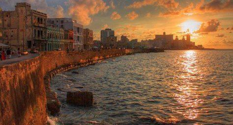 Прогулка понабережной Малекон назакате солнца