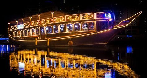 Ужин ивечернее шоу наарабской лодке доу