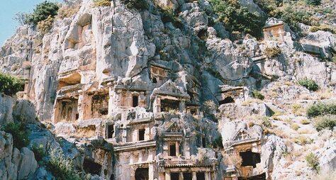 Два водном: храм Святого Николая вДемре идревний город Мира