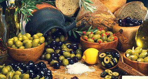 Три кита греческой кухни: хлеб, вино иолива!